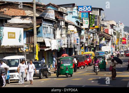 Verkehr und Tuk-Tuks in Kandy, Sri Lanka 6 - Stockfoto