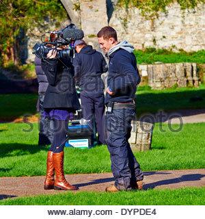 Film-Crew in Margam Landschaftspark für bbc3 'Mensch' Programm einrichten - Stockfoto