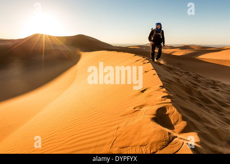 Auf Dünen bei Sonnenaufgang am Erg Chebbi Wüste, Merzouga, Marokko, Afrika - Stockfoto
