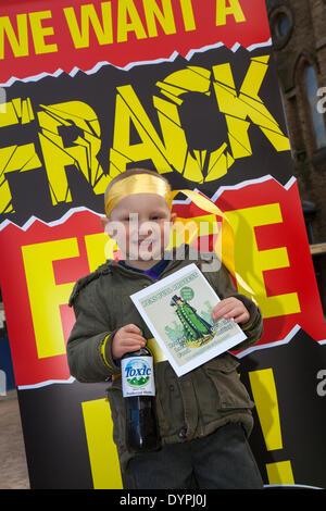 Blackpool, Lancashire, UK 24. April 2014.  Justine Daniels, 3 Jahre alt  Blackpool und die Fylde wurde das Epizentrum - Stockfoto