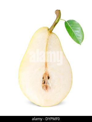 eine halbe reife Birne isoliert auf weißem Hintergrund