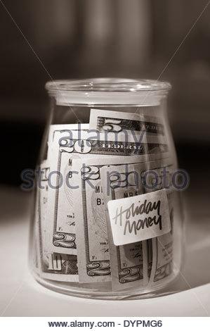 Dollar in einem Glas für einen besonderen Anlass wie einen Urlaub gespart. - Stockfoto