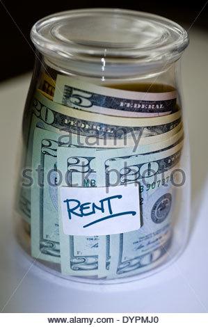 Dollar in einem Glas für einen besonderen Anlass oder um Schulden zu bezahlen. - Stockfoto