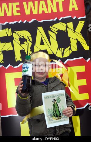 Blackpool, Lancashire, UK 24. April 2014. Justine Daniels, 3 Jahre alt.  Blackpool und der Fylde wurde das Epizentrum - Stockfoto