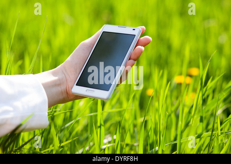 Nahaufnahme von Frau Hände mit smartphone - Stockfoto