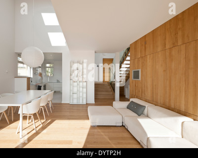 Weißen Tisch und Stühle im modernen öffnen Plan Zimmer, Maison Air et Lumiere, Verrieres le Buisson, Frankreich - Stockfoto