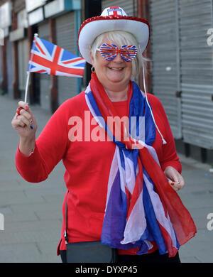 Manchester, UK. 27. April 2014. Sechzig - sieben Jahre alten Linda Curran zeigt die England Fahne als sie wartet - Stockfoto