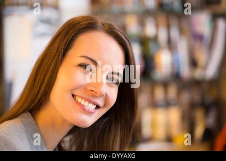 schöne weibliche Kaffee bar lächelnd - Stockfoto