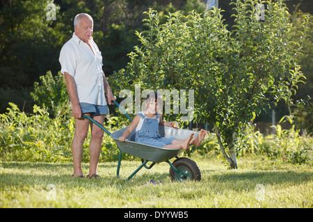 Großvater mit Enkelin Fahrt - Stockfoto