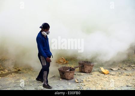 Schwefel-Bergmann mit Gasmaske, Kawah Ijen, Banyuwangi Regency, Ost-Java, Indonesien - Stockfoto