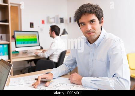 Busineeswoman Geschäftsmann Schreibtisch Computer Start-up - Stockfoto