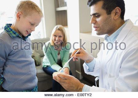 zahnarzt frau ihre z hne auf dem computerbildschirm zeigt stockfoto bild 11730546 alamy. Black Bedroom Furniture Sets. Home Design Ideas