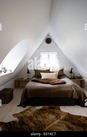 Dachgeschoss Schlafzimmer Umwandlung in modernisierten Bauernhaus, Kirke Vaerlose, Kopenhagen, Dänemark. - Stockfoto