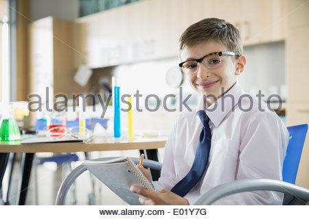 Ein junge sitzt auf einem stuhl schauen traurig stockfoto for Stuhl design unterricht