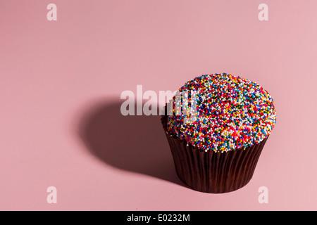 Ausgefallene Gourmet Muffins mit Zuckerguss auf einem Hintergrund sortiert - Stockfoto
