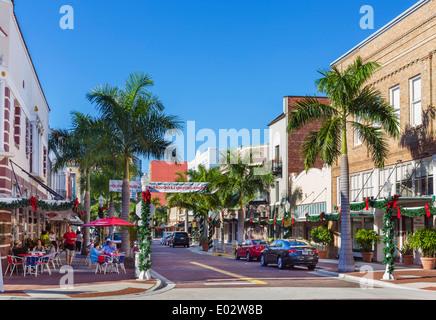 Geschäfte und Restaurants am First Street im historischen River District in der Innenstadt von Fort Myers, Florida, - Stockfoto