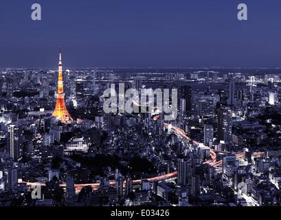 Tokyo Tower und hell beleuchteten Autobahnen im Stadtbild bei Nacht, künstlerische dramatische Luftaufnahmen Landschaft. - Stockfoto