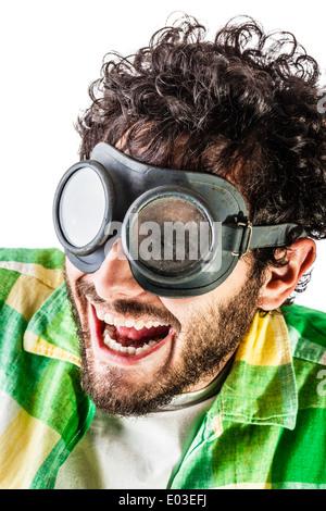 ein Mann trug Freizeitkleidung und auf alten Paar Brillen auf einem weißen Hintergrund - Stockfoto