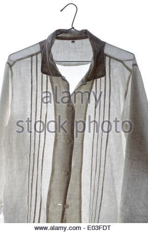 ein weißes Hemd lässig an einem Kleiderbügel gehängt - Stockfoto