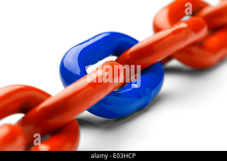 Blau und Orange Kette schließen bis Isolated on White Background. - Stockfoto