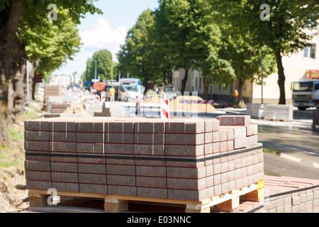Straßenreparatur. Haufen von Steinen und Straßenarbeiten im Hintergrund - Stockfoto