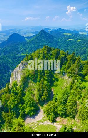 Frühling Landschaft in das Pieniny-Gebirge, Polen. Blick von den drei Kronen-Massivs. Nationalpark. - Stockfoto