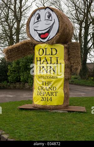 """Hohe Gestalt aus Strohballen & gelbe Banner ist einladend Besucher & Werbung """"Old Hall Inn Pub - Threshfield, North - Stockfoto"""