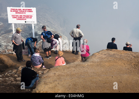 Touristen am Aussichtspunkt im Bereich der Kawah Ijen, Banyuwangi Regency, Ost-Java, Indonesien - Stockfoto