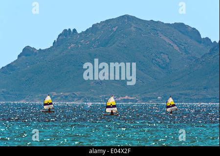 Europa, Frankreich, Alpes-Maritimes Cannes. Schule, Segeljollen. - Stockfoto