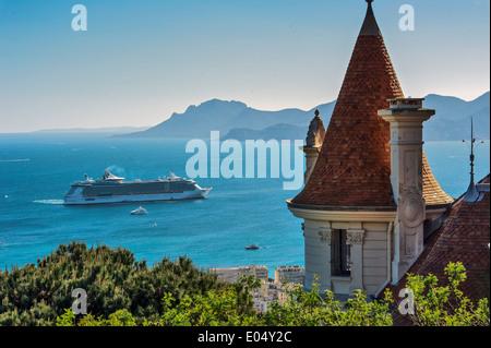 Europa, Frankreich, Alpes-Maritimes Cannes. Kreuzfahrtschiff in einer Bucht von Cannes. - Stockfoto