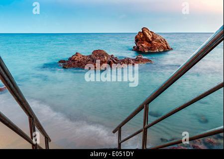 Europa, Frankreich, Alpes-Maritimes Cannes. Rote Felsen in der Abenddämmerung. - Stockfoto