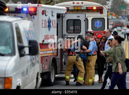 New York, USA. 2. Mai 2014. Eine verletzte Person wird auf einen Krankenwagen im New Yorker Stadtteil Queens, 2. - Stockfoto