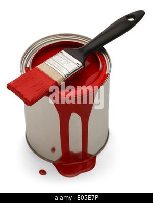 Rote Latex-Farbe kann mit Pinsel, ruht auf der Oberseite und Farbe verschüttet und tropfte isoliert auf weißem Hintergrund. - Stockfoto