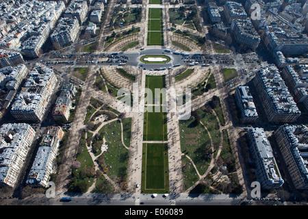 Massen von Menschen besuchen die Hauptstadt von Frankreich, mit Blick auf Paris und den Eiffelturm, Europa. - Stockfoto