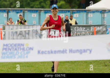 Kecskemet. 3. Mai 2014. Polens Oktawia Nowacka rennt auf der Ziellinie während der kombinierten Veranstaltung der - Stockfoto
