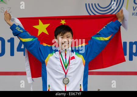 Kecskemet. 3. Mai 2014. Chinas Zhang Xiaonan stellt während der Verleihung der Frauen Finale des modernen Fünfkampf - Stockfoto