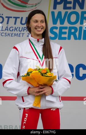 Kecskemet. 3. Mai 2014. Polens Oktawia Nowacka reagiert während der Verleihung der Frauen Finale des modernen Fünfkampf - Stockfoto