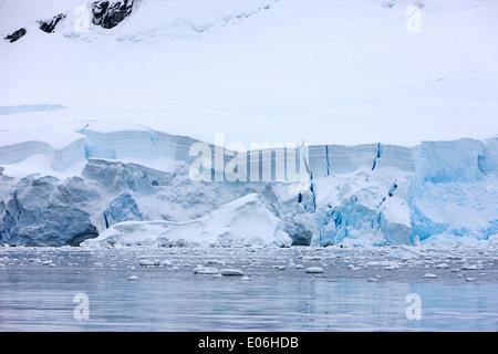 Schnee bedeckte Schelfeis fallen ins Meer bei Fournier Bay Antarctica - Stockfoto