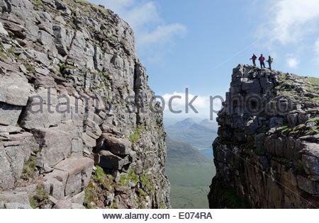 Drei Wandergebieten auf The Black Notch (Eag Dubh) an der Traverse Beinn Alligin im Torridon Bereich von Schottland - Stockfoto