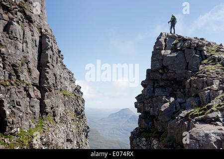 Ein einsamer hillwalker auf die Schwarze Kerbe (Eag Dubh) an die Traverse von beinn Alligin in den Torridon Bereich - Stockfoto