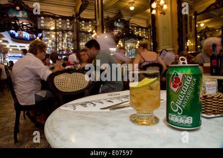 (140505) - RIO DE JANEIRO, 5. Mai 2014 (Xinhua)--Bild aufgenommen am 10. Dezember 2012 zeigt ein kohlensäurehaltiges - Stockfoto