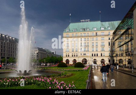 Hotel Adlon in Berlin, mit dunklen Himmel nach einem Gewitter - Stockfoto