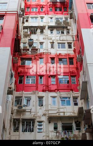 Streifen über der Straße, Mehrfamilienhaus In Causeway Bay, Hong Kong. - Stockfoto