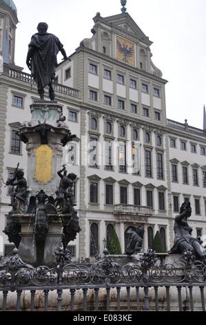 Brunnen vor dem Rathaus der Stadt Augsburg, Bayern, Deutschland. - Stockfoto