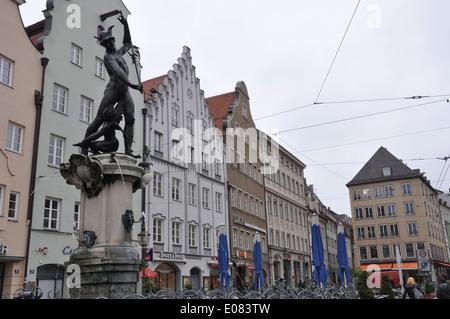 Statue und Brunnen in Augsburg, Bayern, Deutschland. - Stockfoto