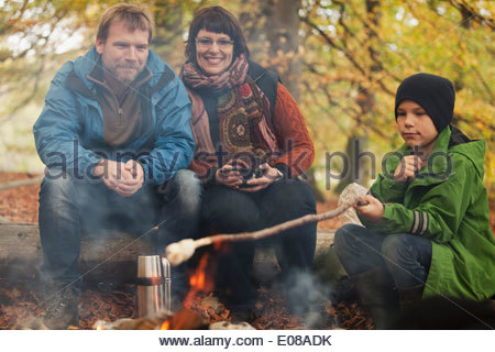 Familiencamping in Wald - Stockfoto