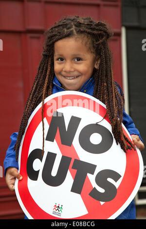 """Salford, Manchester, UK 5. Mai 2014.  """"Keine Kürzungen"""" Banner von Hope Jackman, 4 Jahre alt in Salford jährliche - Stockfoto"""