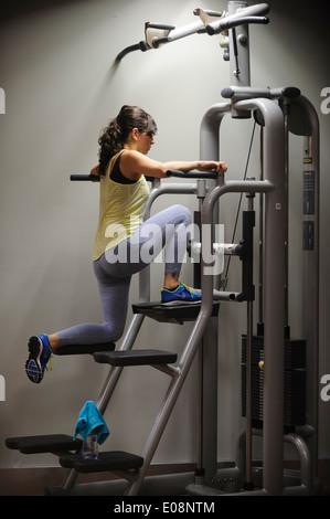 Junge Frau im Fitness-Studio trainieren - Stockfoto