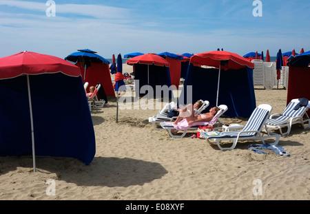 Sonnenanbeter am Strand, Deauville, Normandie, Frankreich - Stockfoto