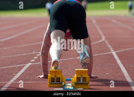 Leichtathletik, Läufer am Start Herren 100m Rennen auf Vereinsebene, UK - Stockfoto